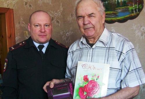 Подарили шампунь и открытку. Увельские полицейские поздравили челябинского ветерана с юбилеем