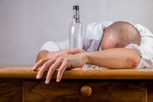 Не пей с кем попало. После застолья со случайными прохожими можно лишиться не только трезвости ума