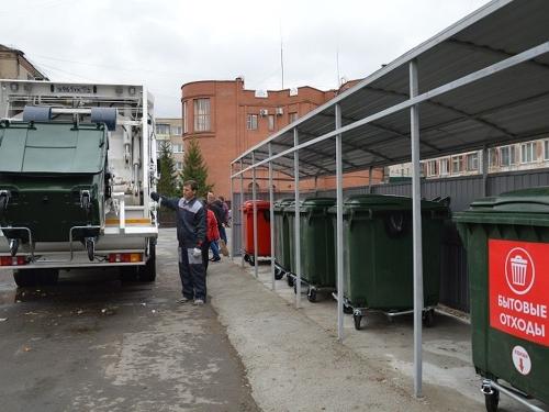 В красно-зелёных тонах. В Южноуральске устанавливают новые евроконтейнеры для раздельного сбора мусора