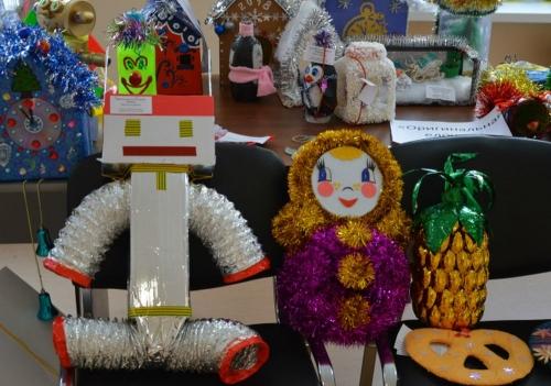 Новогодние игрушки, свечи и хлопушки… Умелые руки даже из бросовых вещей могут сотворить настоящий праздник